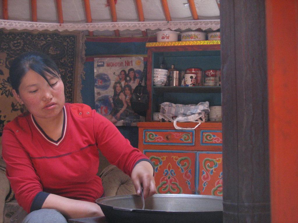 Quando siamo andati via Ganbaatar ci ha invitati nella sua tenda e sua moglie ha preparato da mangiare per noi. Veniva da immaginare l'ospitalità ricevuta da Przewalski oltre cent'anni fa dai nomadi di quella stessa regione quando, passando ha scoperto il takh.