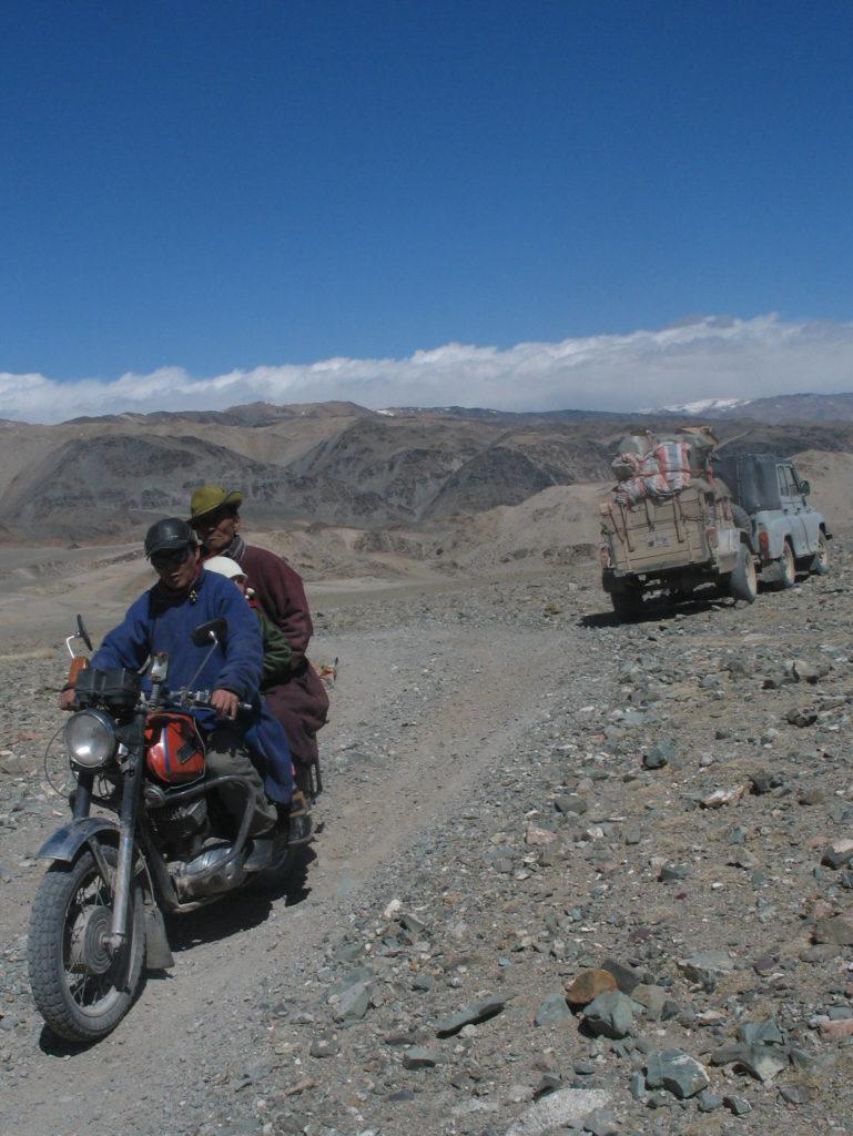 Vista sull'Altayn Nuruu dopo Bugat. In questo paese non ci sono strade asfaltate e dove si è cercato di costruirne i costi di manutenzione sono così elevati che i progetti sono stati interrotti perchè il gelo e il calore sbrindelllano l'asfalto in una sola stagione. I mongoli però si spostano molto con qualsiasi mezzo e non c'è montagna che li potrebbe trattenere. In mezzo alle pietre, nei canaloni circondati da rocce a strapiombo, e sui laghi ghiacciati sfidano lo spazio e il clima per raggiungere un mercato una famiglia un pezzo di ricambio per l'auto. A noi sembra avventura, per loro è il quotidiano.