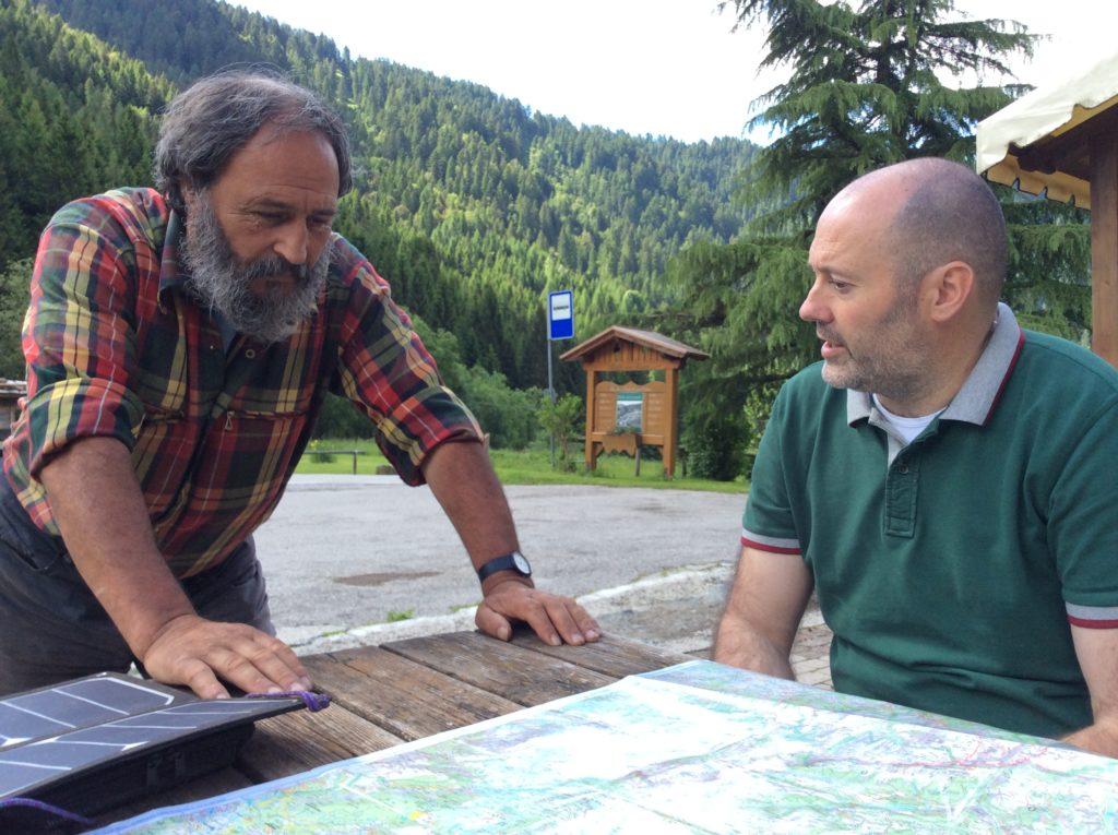 Piergiovanni Partel e Candido, pastore del Lagorai, mostrano sulla mappa le zone di pascolo.