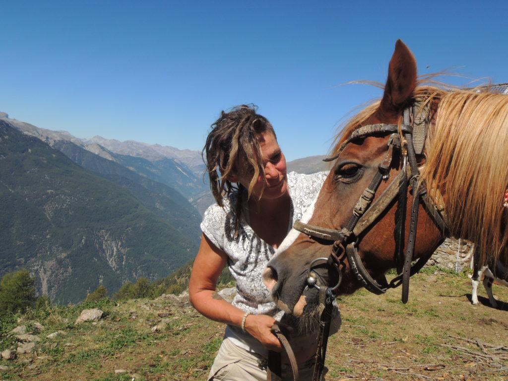 Katrin e Isotta di fronte alla valle della Tinèe. Se tiri una pietra dalla Vacherie, è probabile che arrivi direttamente nel fiume che scorre quasi duemila metri più in basso, per arrivare qui c'è un sentiero segnato solo dal passaggio delle mandrie che pascolano quassù, percorso a testa alta dai lupi, da Katrin e dai suoi cavalli. Da qui si vede il mare, sono le Alps Maritimes!