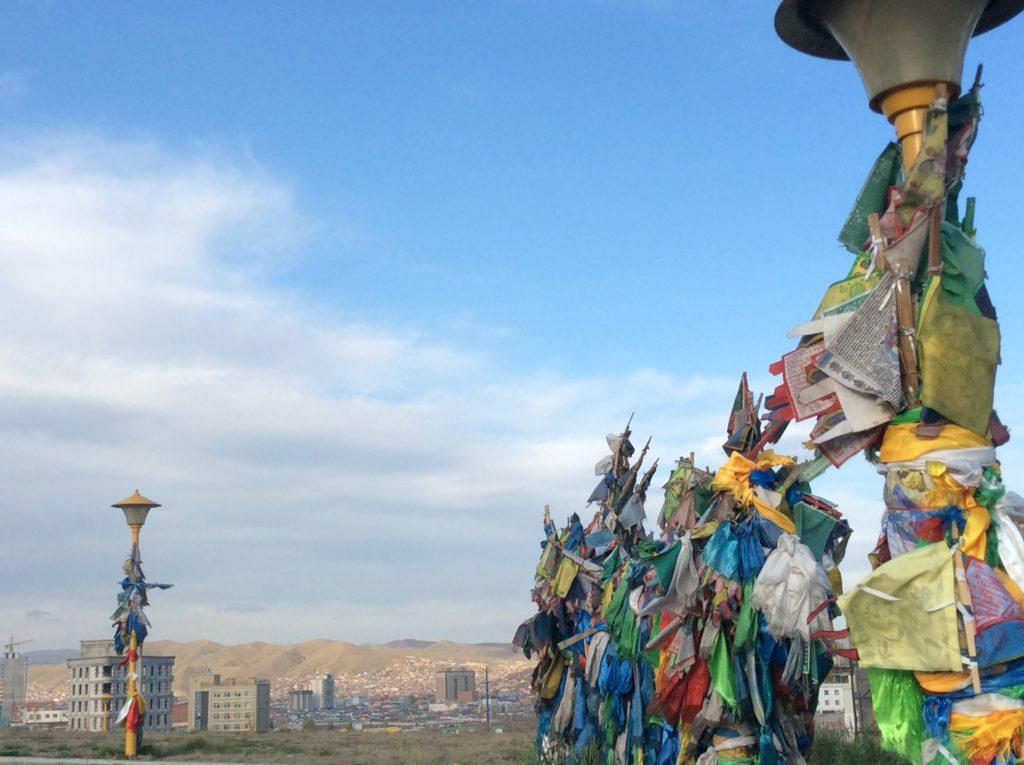 l'antico nome della città è Urga: Grande Accampamento. Ulan Baatar viene con Il dominio russo. Il comunismo non precede i nomadi. Casermoni prefabbricati pretendono di sostituire le gher per decenni senza riuscirci. Il post comunismo reimpose la città di grattacieli. Non può torn are Urga. Rimane Ulan Baatar, nel nome di un eroe che è solo più una statua.