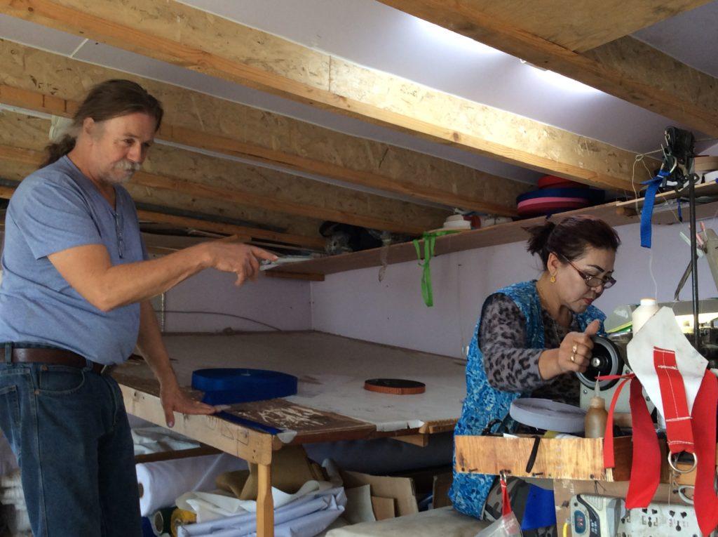 Il laboratorio di Froit che sta finendo di costruire una tenda con una donna del suo staff. In tutto sono otto persone che lavorano insieme da dieci anni.